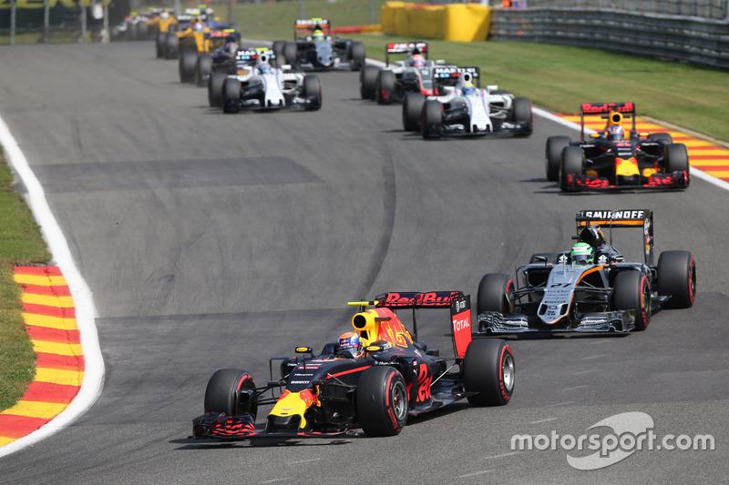 Max Verstappen, Red Bull Racing RB12 con l'ala anteriore danneggiata alla partenza della gara