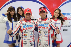 Heikki Kovalainen et Kohei Hirate, Team Sard fêtent leur deuxième place