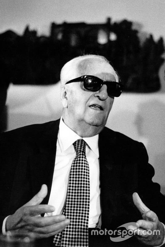 Enzo Ferrari répond aux journalistes durant la conférence de presse de fin d'année en 1982