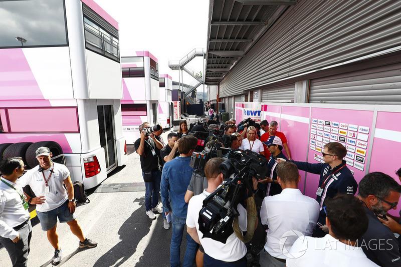 Sergio Perez, Force India, parla con i media