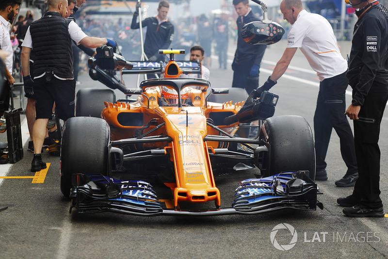 Stoffel Vandoorne, McLaren MCL33, is serviced in his pit area