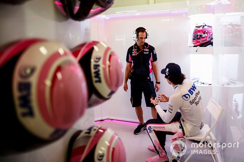 Lance Stroll, Racing Point, dans son stand