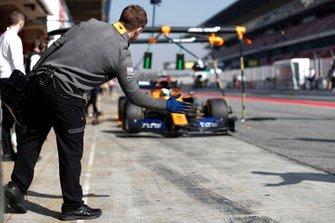Lando Norris, McLaren MCL34 pits