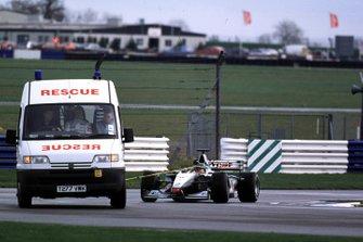 La monoposto di Olivier Panis, McLaren Mercedes, viene trainata ai box dopo un guasto al motore