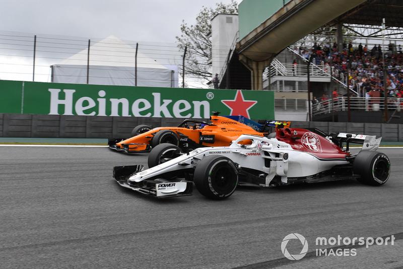Charles Leclerc, Sauber C37 y Fernando Alonso, McLaren MCL33 battle
