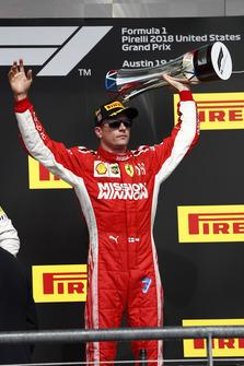 Kimi Raikkonen, Ferrari, Kimi Raikkonen, Ferrari, sur le podium avec le trophée