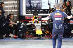 Señales de un empleado de Red Bull a Daniel Ricciardo, Red Bull Racing, mientras se prepara para salir de su garaje