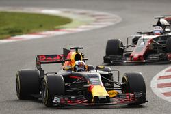 Daniel Ricciardo, Red Bull Racing RB13, devant Romain Grosjean, Haas F1 Team VF-17