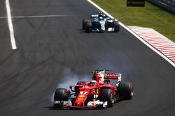 Kimi Raikkonen, Ferrari SF70H,va al bloccaggio davanti a Valtteri Bottas, Mercedes AMG F1 W08