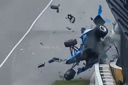 Crash: Scott Dixon, Chip Ganassi Racing, Honda;, Jay Howard, Schmidt Peterson Motorsports, Honda (Screenshot)