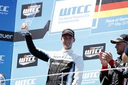 Podium Race 2: Race winnaar Nicky Catsburg, Polestar Cyan Racing, Volvo S60 Polestar TC1