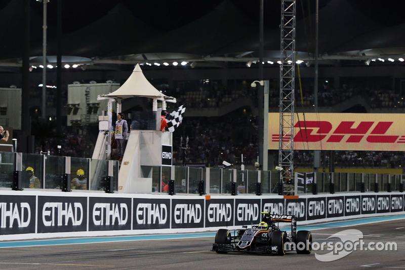Sergio Pérez, Sahara Force India F1 VJM09 toma la bandera a cuadros al final de la carrera en cuarta posición en el Campeonato de constructores