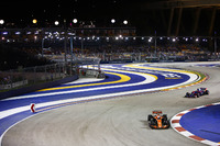 Fernando Alonso, McLaren MCL32, followed by Carlos Sainz Jr., Scuderia Toro Rosso STR12