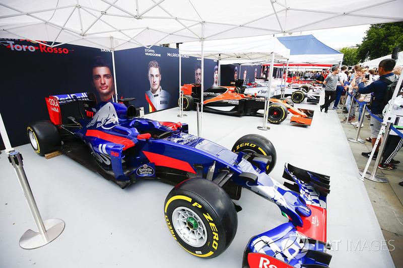 El Scuderia Toro Rosso STR12 en el stand de los equipos