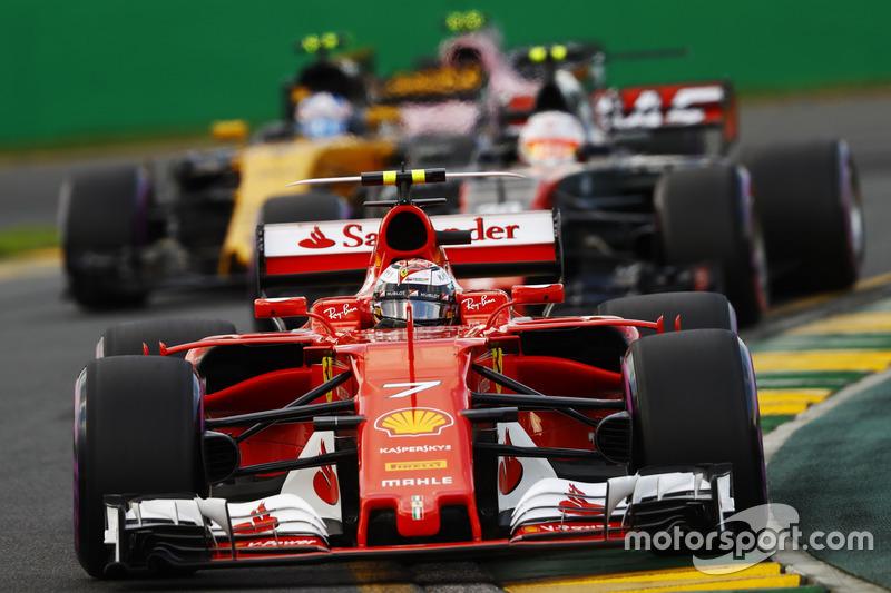 Kimi Räikkönen, Ferrari SF70H; Kevin Magnussen, Haas F1 Team VF-17