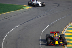 Max Verstappen, Red Bull Racing RB13 y Felipe Massa, Williams FW40