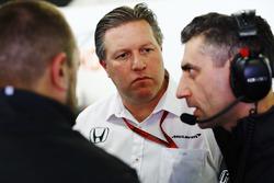 Zak Brown, Geschäftsführer McLaren im Gespräch mit den Ingenieuren