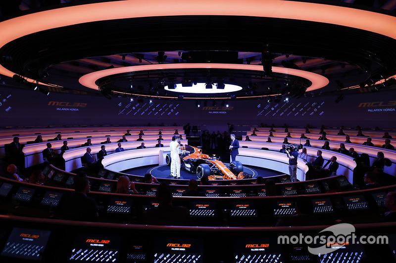 Fernando Alonso, McLaren, Stoffel Vandoorne, McLaren, en presentator Simon Lazenby met de MCL32
