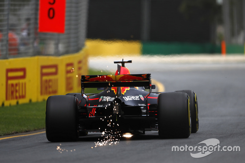 Daniel Ricciardo, Red Bull Racing RB13, mit Funkenflug