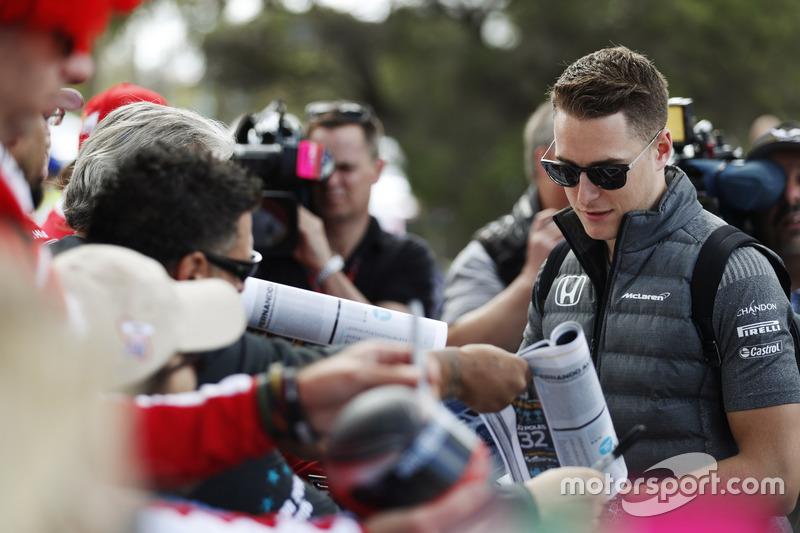 Stoffel Vandoorne, McLaren, firma de autógrafos para los aficionados