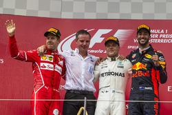 المنصة: الفائز بالسباق فالتيري بوتاس، مرسيدس، المركز الثاني سيباستيان فيتيل، فيراري، المركز الثالث دانيال ريكاردو، ريد بُل ريسينغ