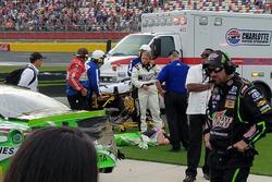 Kyle Busch, Joe Gibbs Racing, wird medizinisch behandelt