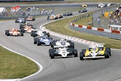 René Arnoux, Renault RE30 mène devant Alan Jones, Williams FW07C-Ford Cosworth, Nelson Piquet Brabham, BT49C-Ford Cosworth, Jacques Laffite, Ligier JS17-Matra
