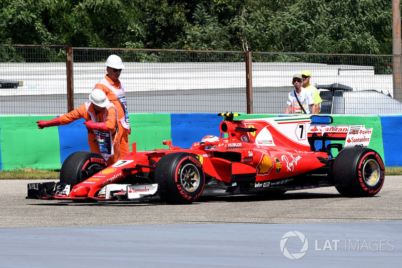 Marshals with Kimi Raikkonen, Ferrari SF70-H