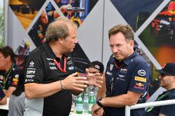 Заместитель руководителя Sahara Force India F1 Роберт Фернли и руководитель Red Bull Racing Кристиан