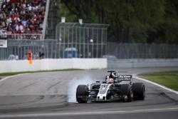 Romain Grosjean, Haas F1 Team VF-17, bloque ses roues au freinage