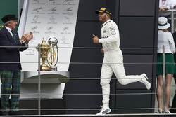 Valtteri Bottas, Mercedes AMG F1, Sir Jackie Stewart, 3 veces campeón de F1, en el podio