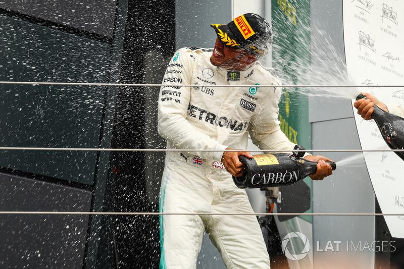 Podio: Ganador de la carrera Lewis Hamilton, Mercedes AMG F1 celebrates