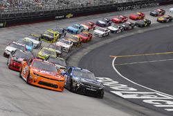 Restart: Kyle Larson, Chip Ganassi Racing Chevrolet, Daniel Suarez, Joe Gibbs Racing Toyota