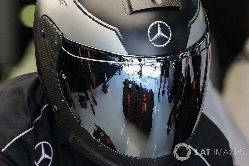 Mercedes AMG F1, віддзеркалений у візорі шолома
