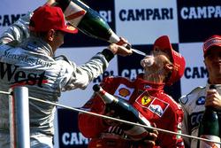 Podio: Mika Hakkinen, McLaren y el ganador de a carrera Michael Schumacher, Ferrari