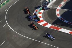 Маркус Эрикссон, Sauber C36, Стоффель Вандорн, McLaren MCL32, Паскаль Верляйн, Sauber C36, Фернандо Алонсо, McLaren MCL32