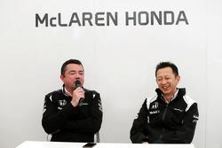 Эриу Булье, гоночный директор McLaren и Юсуке Хасегава, глава программы Honda F1