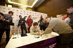 Фернандо Алонсо во время автограф-сессии в Баку