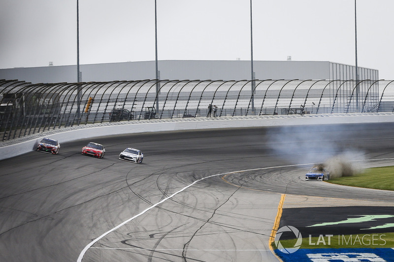 Kyle Larson, Chip Ganassi Racing, Chevrolet Camaro Credit One Bank, va in testacoda dopo un contatto con Kyle Busch, Joe Gibbs Racing, Toyota Camry Skittles Red White & Blue