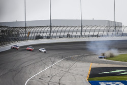 Dreher: Kyle Larson, Chip Ganassi Racing, Chevrolet Camaro Credit One Bank, vor Kyle Busch, Joe Gibbs Racing, Toyota Camry Skittles Red White & Blue