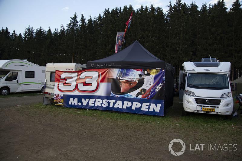 Des fans et une bannière de Max Verstappen, Red Bull Racing