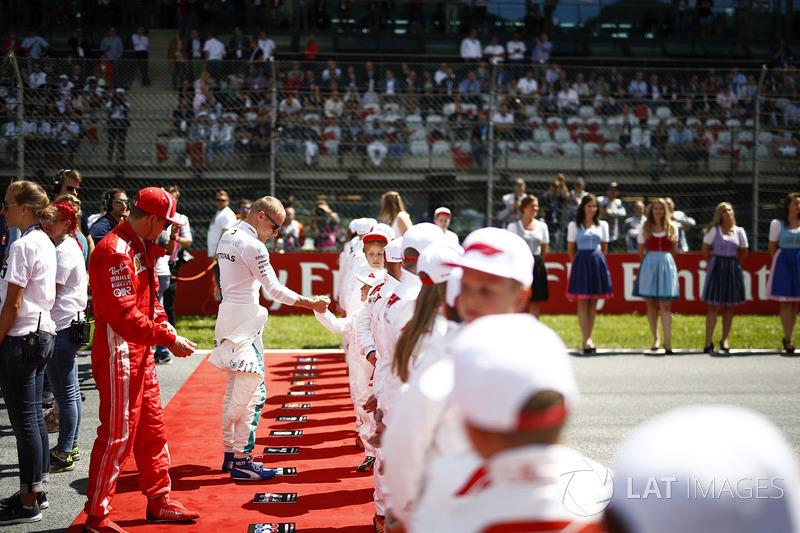 Sebastian Vettel, Ferrari, et Valtteri Bottas, Mercedes AMG F1, rencontrent les Grid Kids