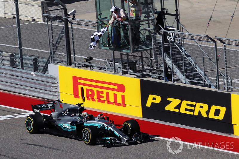 Ganador de la carrera Lewis Hamilton, Mercedes-Benz F1 W08 toma la bandera a cuadros
