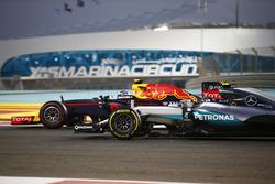 Max Verstappen, Red Bull Racing RB12 y Nico Rosberg, Mercedes F1 W07 Hybrid