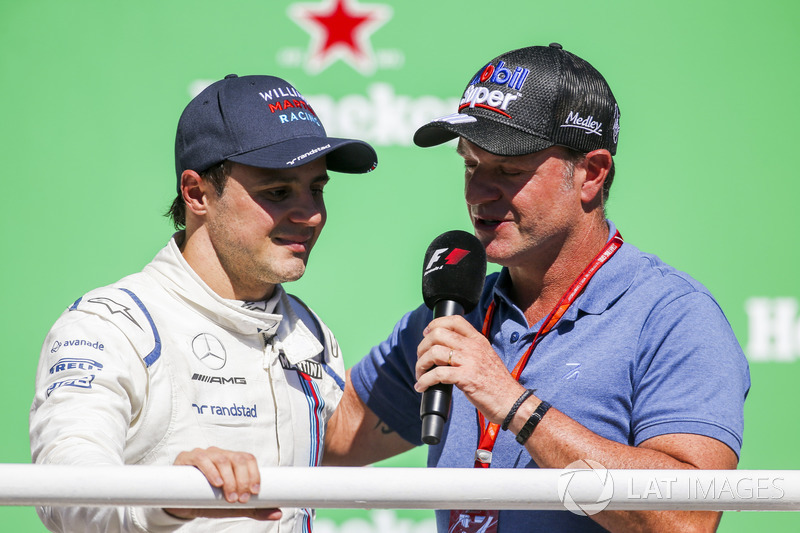 Рубенс Баррикелло и гонщик Williams Фелипе Масса на подиуме