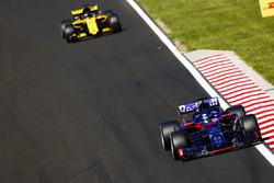 Brendon Hartley, Toro Rosso STR13, y Nico Hulkenberg, Renault Sport F1 Team R.S. 18