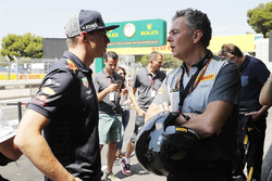 Max Verstappen, Red Bull Racing, met Mario Isola, Racing Manager, Pirelli Motorsport