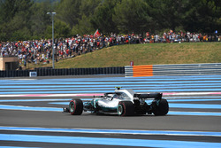 Valtteri Bottas, Mercedes-AMG F1 W09 with rear puncture on lap one