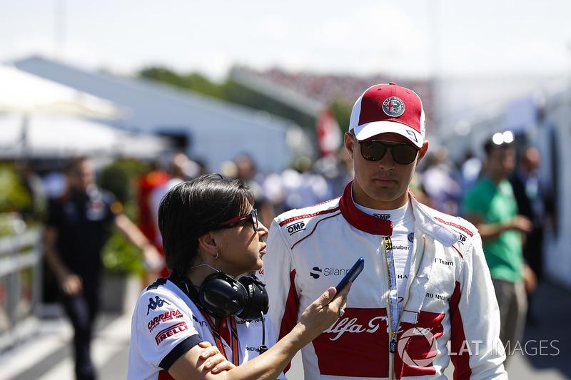 Marcus Ericsson, Sauber, parla con un'addetta stampa durante le qualifiche