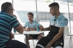 Enea Bastianini en Lorenzo Dalla Porta in gesprek met Motorsport.com journalist Matteo Nugnes